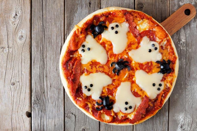 Obenliegende Ansicht Halloween-Pizza über rustikales Holz lizenzfreie stockfotografie