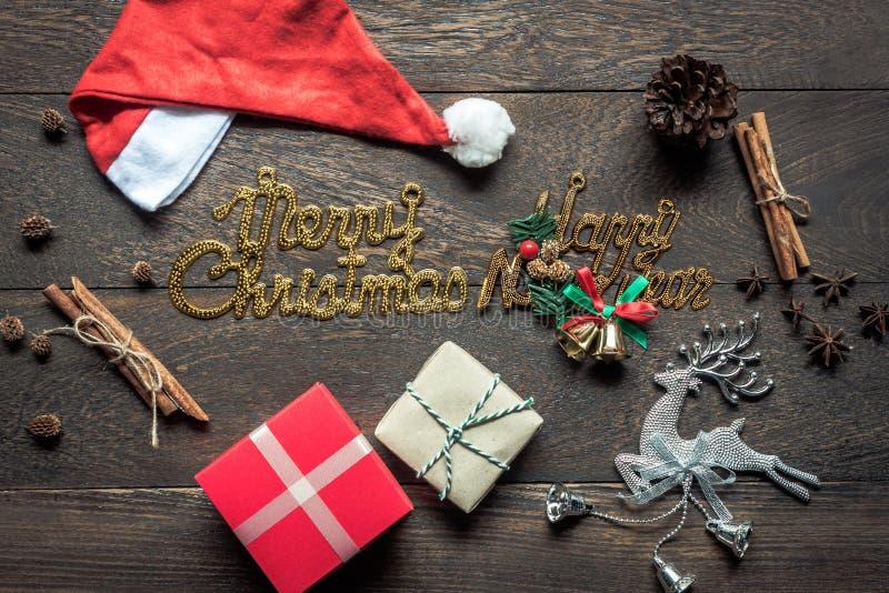 Obenliegende Ansicht von Bilddekorationen u. von Verzierungen Hintergrundkonzept der frohen Weihnachten u. des guten Rutsch ins N stockbild