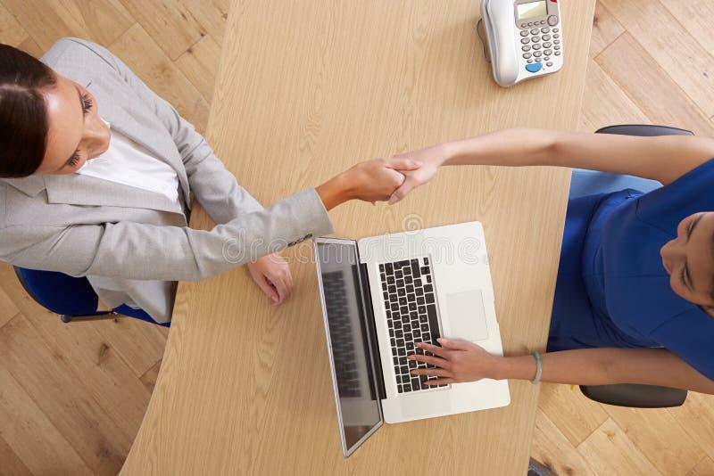 Obenliegende Ansicht von den Geschäftsfrauen, die im Büro sich treffen lizenzfreie stockbilder