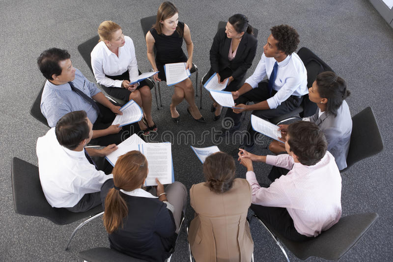 Obenliegende Ansicht von den Wirtschaftlern gesetzt im Kreis auf Firmenseminar stockbilder