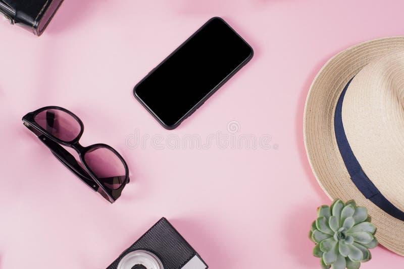 Obenliegende Ansicht von Reisender ` s Zubehör, flache Lagephotographie des Reisekonzeptes Hände mit schwarzem Nageldesign Rosa stockbild
