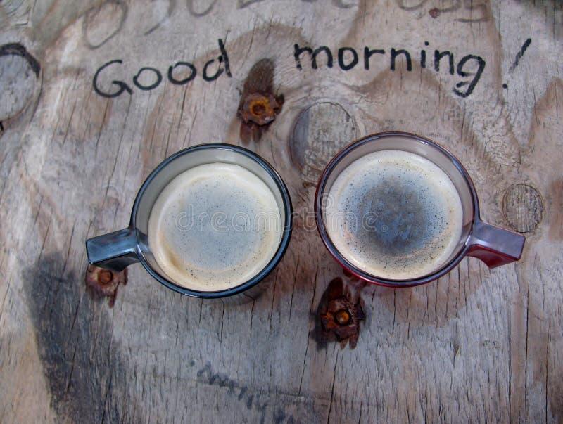 Obenliegende Ansicht von Schalen eines zwei Espressos frisch gebrautem Kaffee auf einer improvisierten Tabelle stockfoto