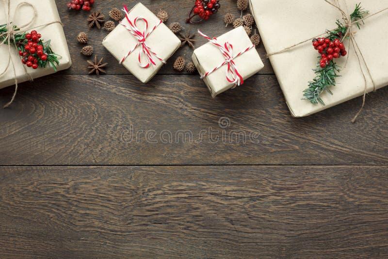 Obenliegende Ansicht von Verzierungen und von Dekorationen Konzepthintergrund der frohen Weihnachten und des guten Rutsch ins Neu lizenzfreie stockfotos