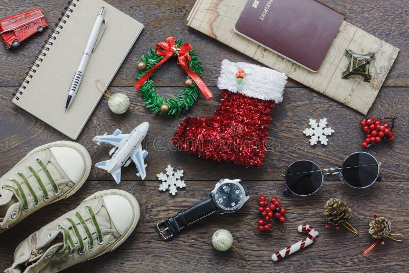 Obenliegende Ansicht von zusätzlichen frohen Weihnachten mit den Einzelteilen, zu reisen Hintergrundkonzept lizenzfreies stockfoto