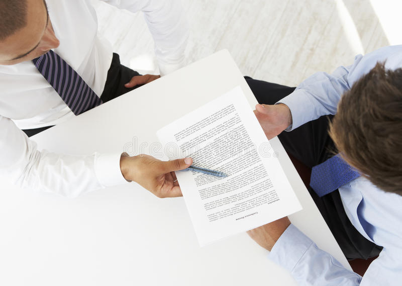 Obenliegende Ansicht von zwei Geschäftsmännern, die am Schreibtisch zusammenarbeiten lizenzfreie stockbilder