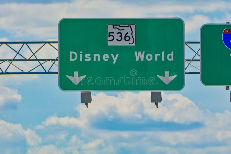 Obenliegende StraßenWegweiser, die Disney World Weise zeigen stockfotos