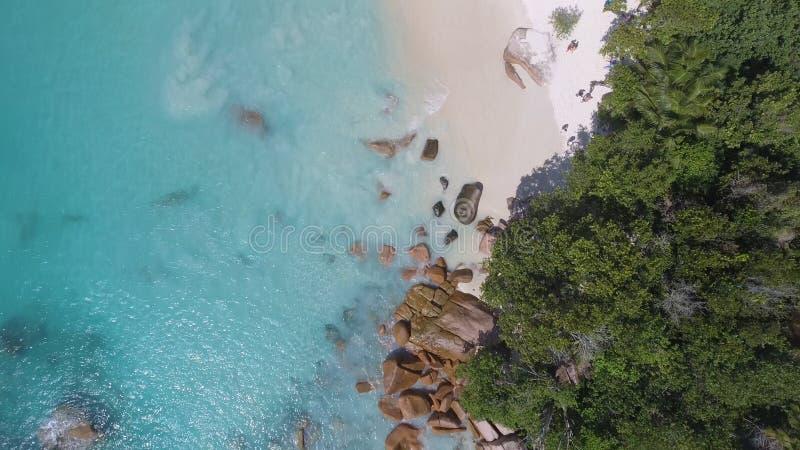 Obenliegende Vogelperspektive des schönen tropischen Strandes mit Steinen und lizenzfreie stockfotos