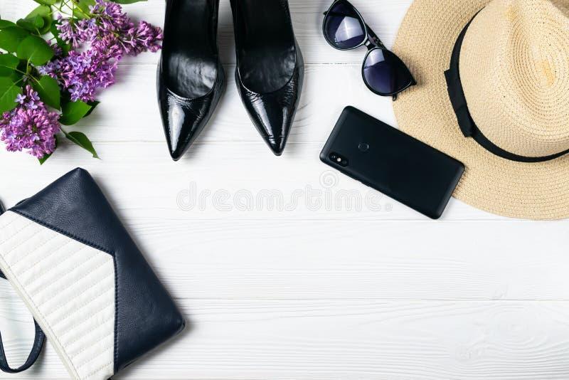 Obenliegende Zusammensetzung der Sommerweg-Elemente mit Schuhen, Geldbeutel und Make-up stockfoto