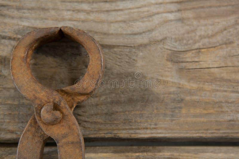 Obenliegender Abschluss oben des Drahtschneiders auf Tabelle lizenzfreie stockfotografie