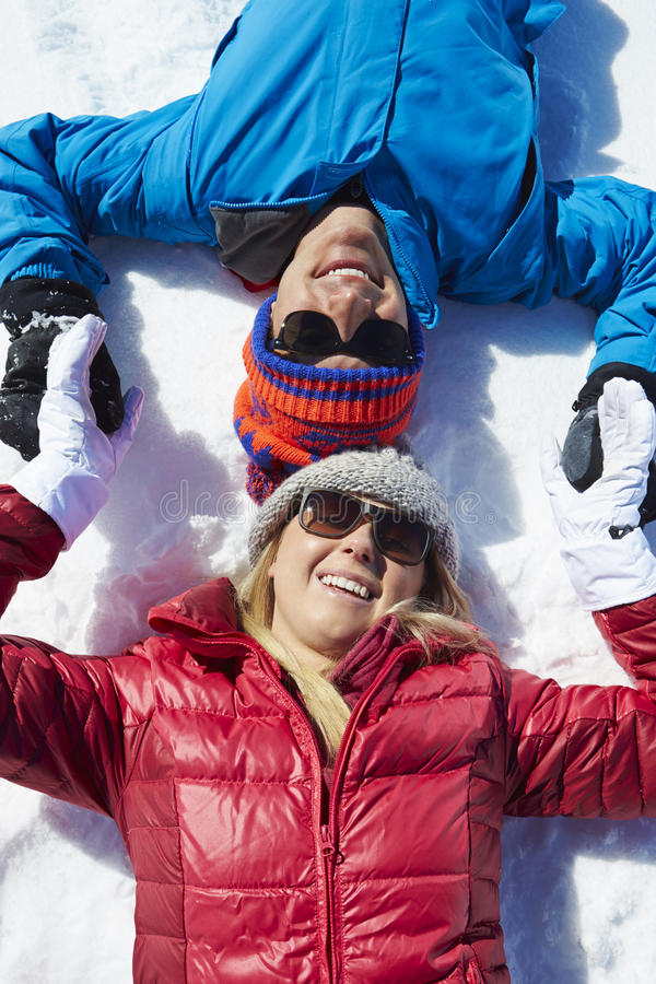 Obenliegender Schuss von den Paaren, die Spaß auf Winterurlaub haben lizenzfreie stockfotografie