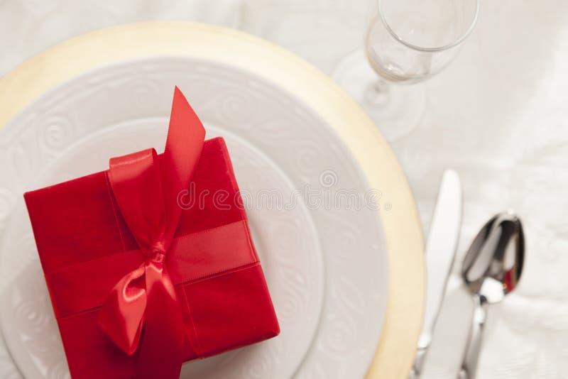 Obenliegendes Weihnachten oder Valentine Gift auf elegantem Tabellen-Gedeck stockfotografie