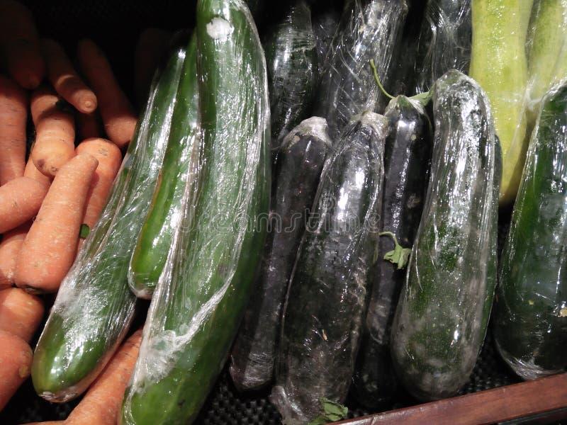 Oberżyny i marchewki warzywa które są gotowi dla sprzedaż zakupu obraz royalty free