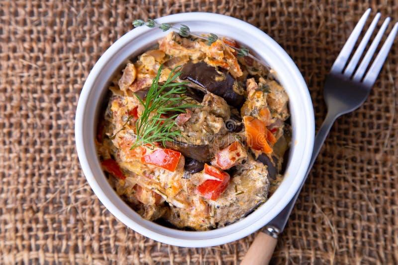 Oberżyny z pomidorami, śmietanką, bulgarian czerwoną słodkiego pieprzu, cebuli, koperkowej i kwaśnej, obraz royalty free