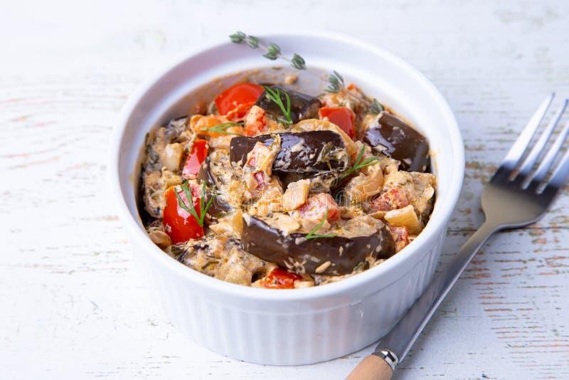 Oberżyny z pomidorami, śmietanką, bulgarian czerwoną słodkiego pieprzu, cebuli, koperkowej i kwaśnej, obraz stock