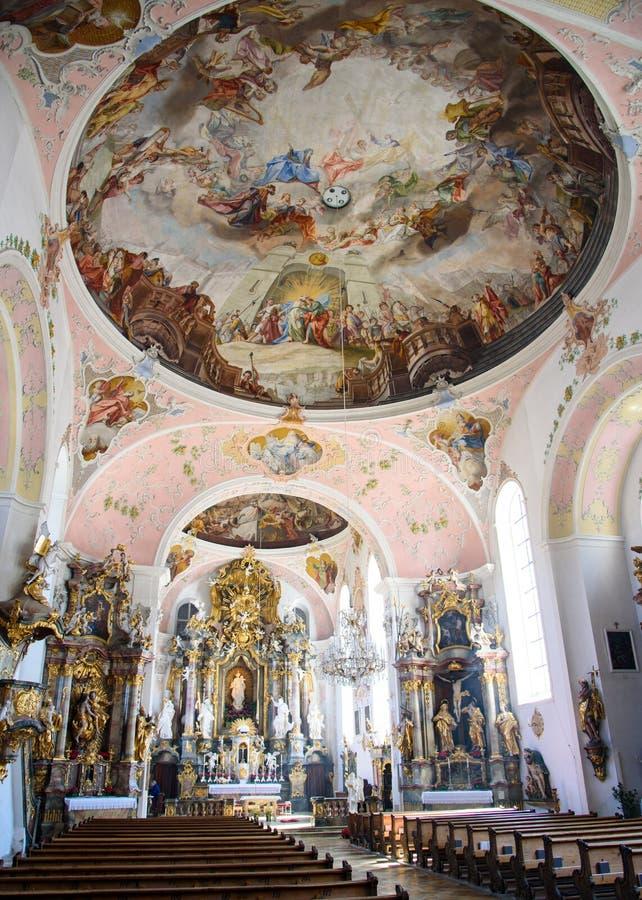 OBERAMMERGAU, ALEMANIA - 5 DE MAYO DE 2016: Arquitectura interior y decoraciones de San Pedro y de Paul Catholic Parish foto de archivo libre de regalías