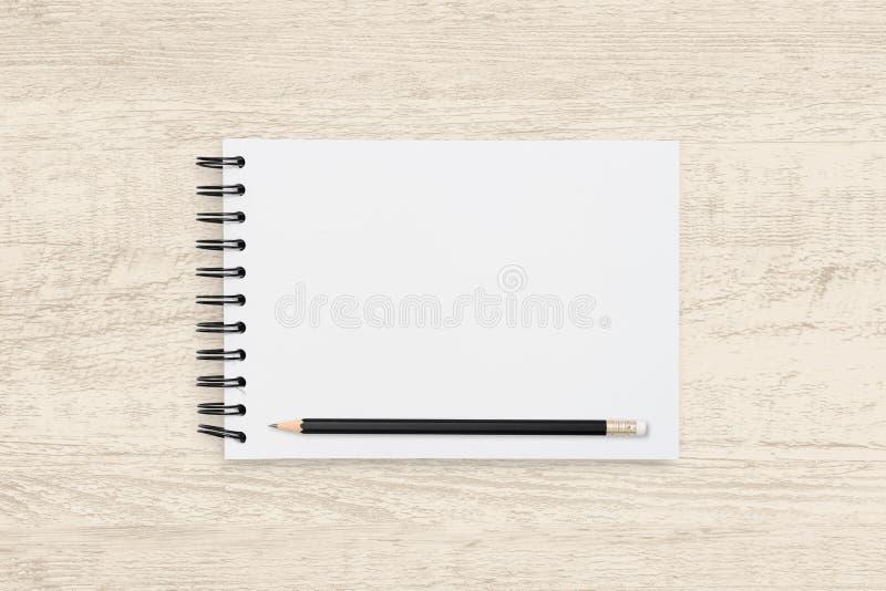 Oberansicht Objekthintergrund aus leerem Notizbuch und Bleistift auf Holzstruktur stockbilder