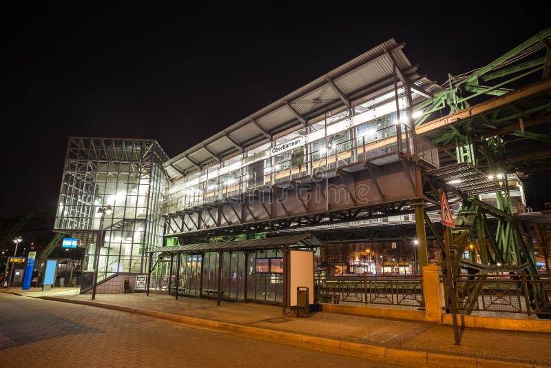 oberbarmen della stazione ferroviaria dello schwebebahn di Wuppertal Germania alla notte immagini stock libere da diritti