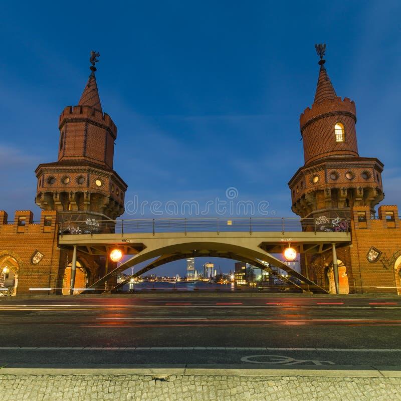 Oberbaum-Brücke, Berlin, Deutschland nachts stockfotos