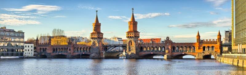 Oberbaum bro i Belin - Tyskland royaltyfria foton