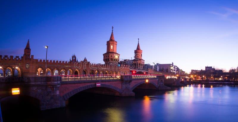 Oberbaum most przy nocą obraz royalty free