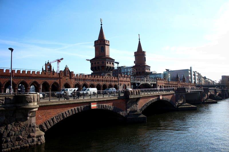 Oberbaumbrà ¼cke -- bron nära gallerit för östlig sida i Berlin royaltyfria bilder