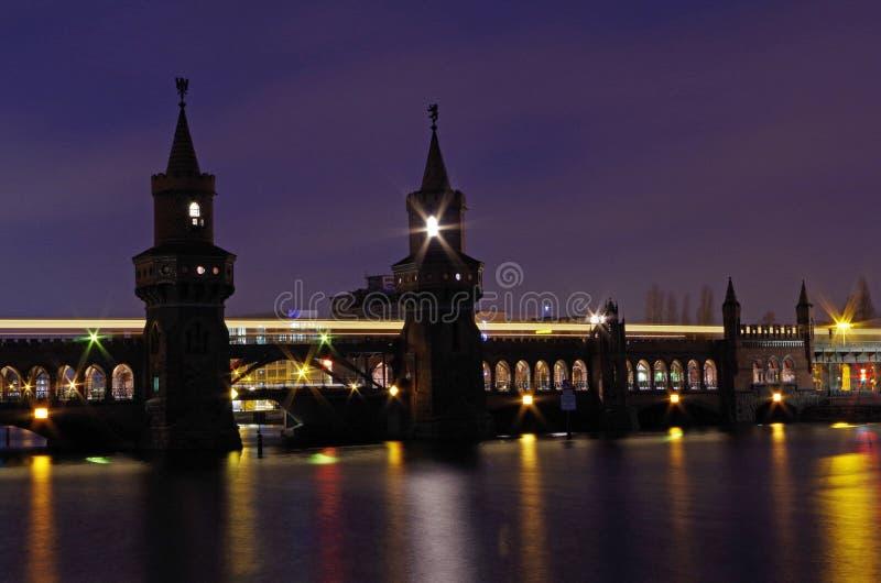Oberbaumbridge в Берлине на ноче стоковое изображение