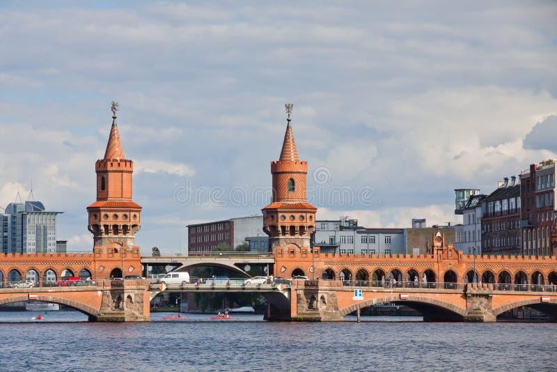 Oberbaumbrucke-Brücke über dem Gelagefluß in Berlin stockfotografie