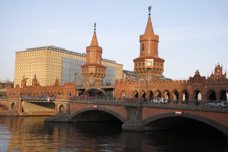 Oberbaumbruecke (Oberbaum bro) royaltyfri bild