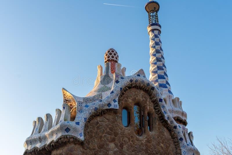 Obere Ansicht des Eintritts Pavillon am parc Guell in Barcelona bei Sonnenuntergang lizenzfreies stockfoto