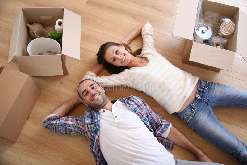 Obere Ansicht von den jungen Paaren, die in neues Haus sich bewegen lizenzfreies stockfoto