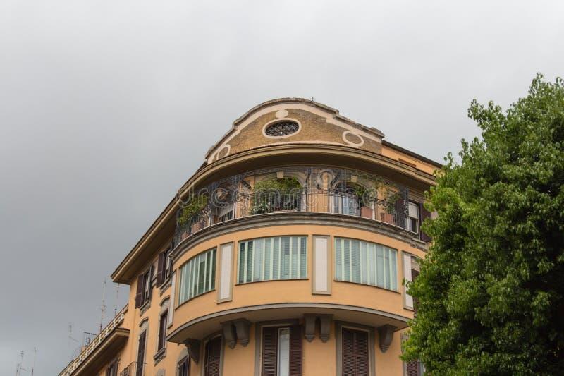 Obere Fassade des typischen Gebäudes in Rom, Lazio, Italien lizenzfreie stockfotografie
