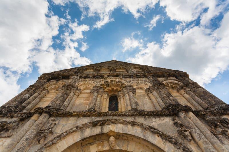 Obere Fassadenansicht von Petit Palais und Cornemps-Romanesque Kirche stockbild