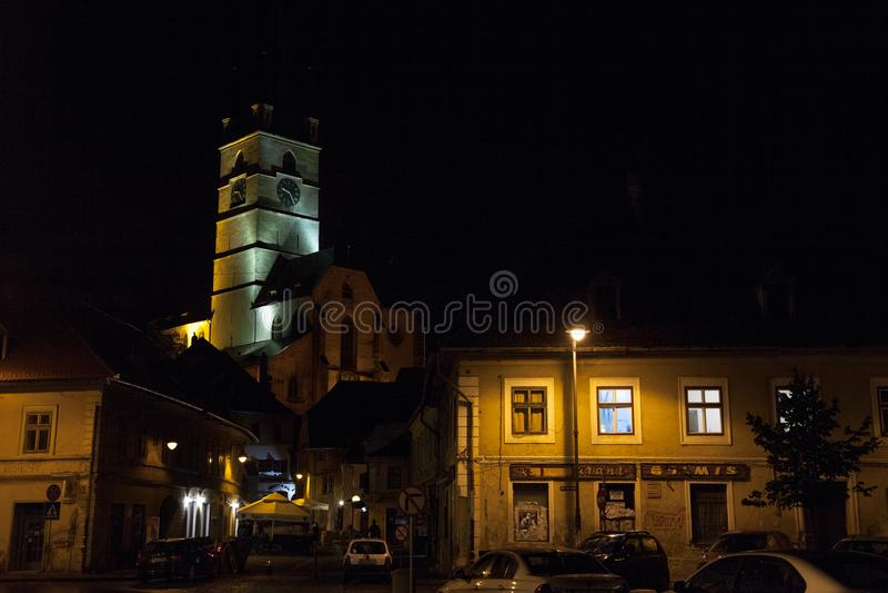 Obere Stadt von Sibiu, in Siebenbürgen, am Abend in einer mittelalterlichen Straße der Stadt stockfotografie