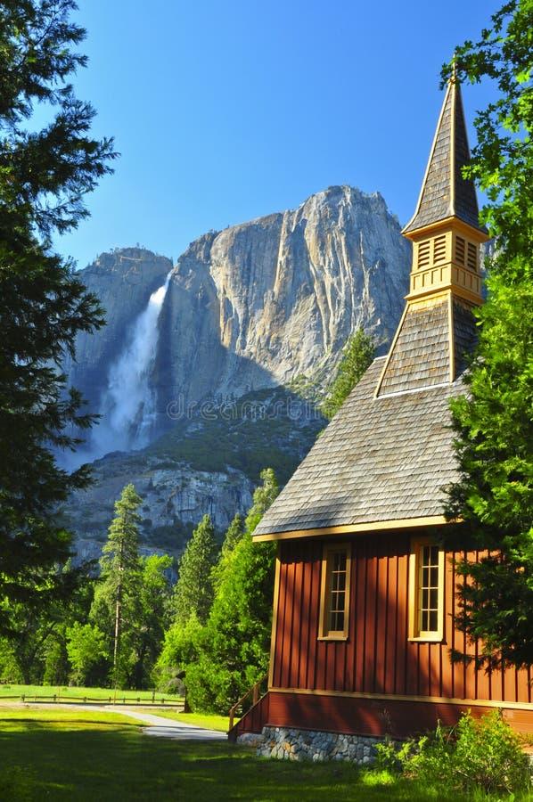 Obere Yosemite- Fallsund Yosemite-Kapelle stockbild
