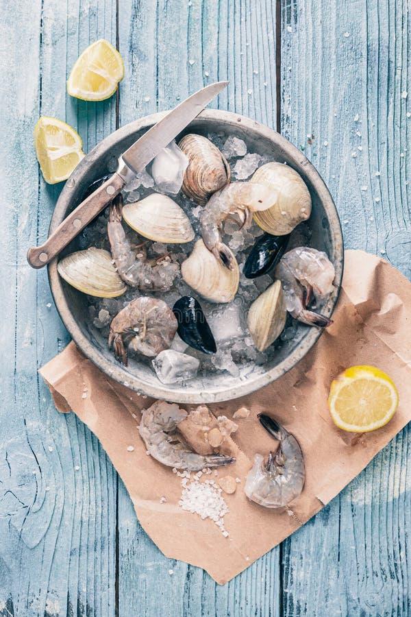 Oberedda skaldjur i isplattor Klamm, musslor, räkor i iskuber med färsk citron fotografering för bildbyråer