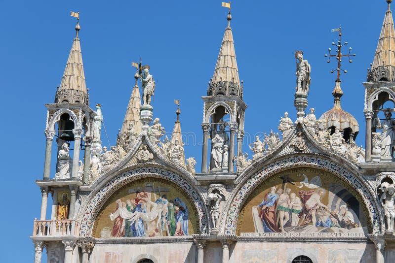 Oberer Teil der Fassade von San Marco Basilica in Venedig stockfoto