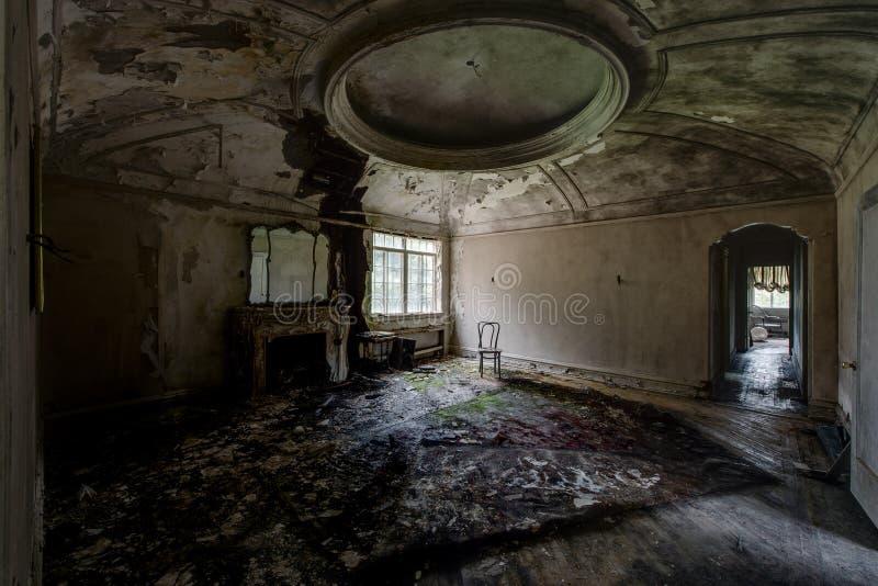 Oberes Foyer mit Kreisgips-Formteil - verlassene Villa stockbild