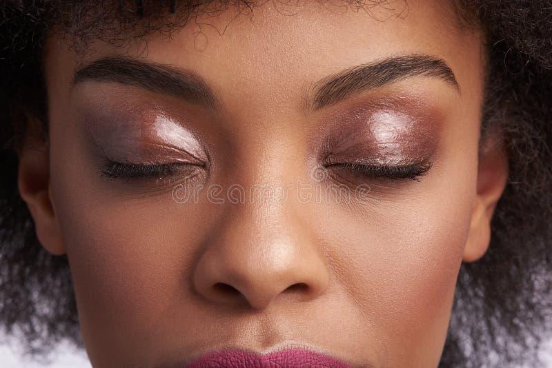 Oberes Gesicht der sinnlichen ruhigen ethnischen Frau lizenzfreie stockbilder