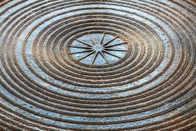 Oberfläche der alten ausgezeichneten Bronzetrommel lizenzfreie stockfotografie