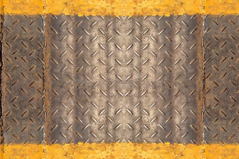 Oberfläche der rostigen Dreckwetter Eisenplatte des Diamanten mit gelber Linie für Baustelle lizenzfreies stockbild