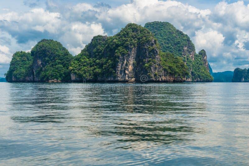 Oberfläche des ruhigen Sees, malerische Klippe im Meer, Thailand stockfotografie