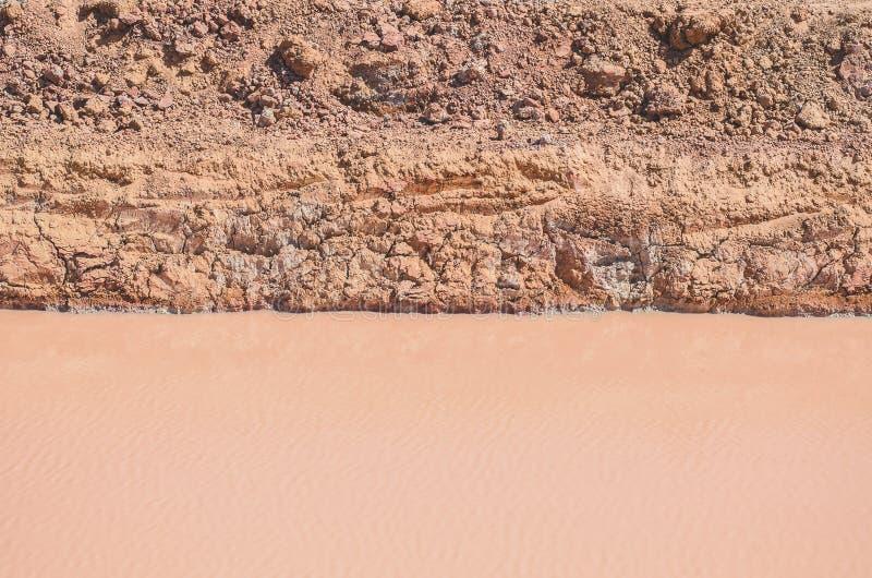Oberflächenwasser und Boden gebrochener brauner Schluchtlehm stockfoto