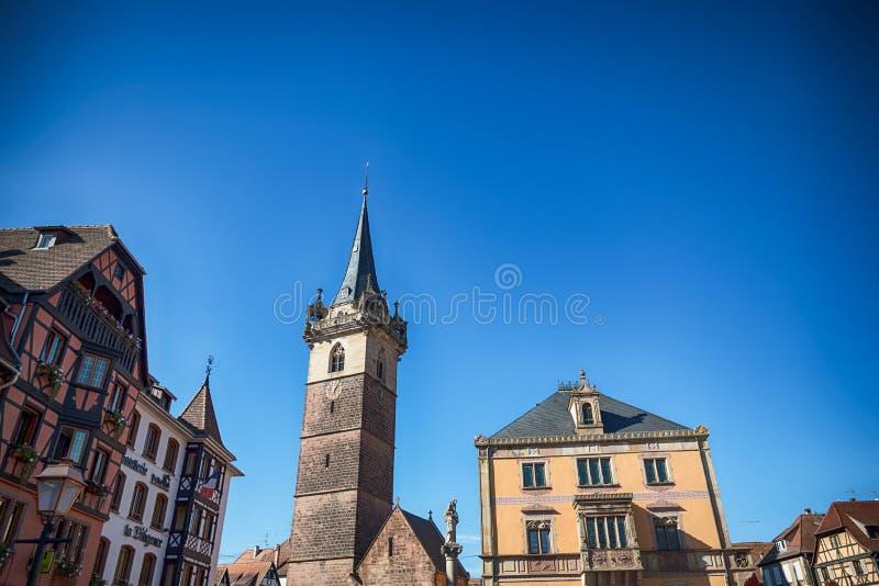 Obernai, Frankrijk 14 oktober, 2018 Hoofdvierkant in Obernai met Kapellturm-toren royalty-vrije stock afbeeldingen