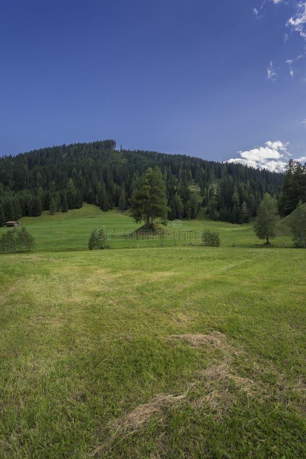 Obernberg est Brenner con las montañas austríacas en fondo imagenes de archivo