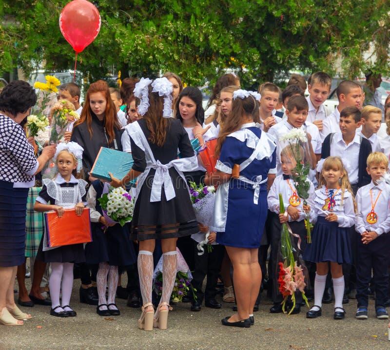 Obersch?lerinnen stellen Geschenke Erstsortierern an einer Galaparade am Tag des Wissens dar stockbild