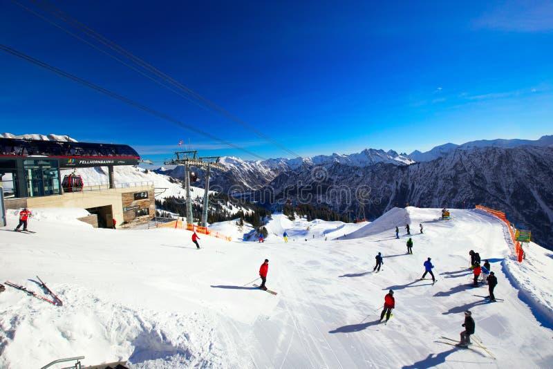 OBERSDORF, DEUTSCHLAND - Ferbruary 23, 2015: Ansicht, zum Ski zu fahren Steigungen und lizenzfreie stockbilder