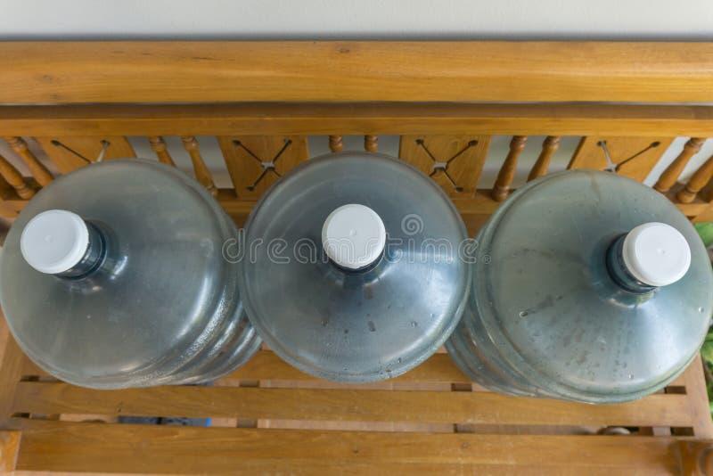 Oberseite, alte große Flasche Wasser auf dem Holzstuhl lizenzfreies stockfoto