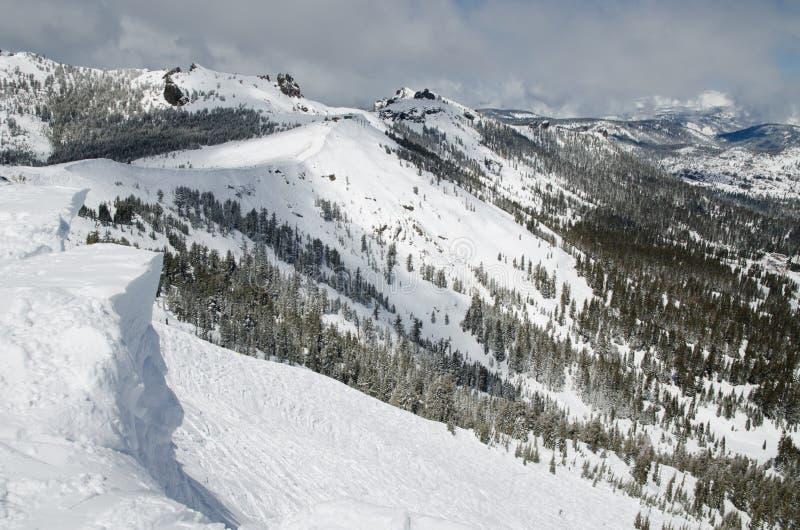 Oberseite des Berges im Skiort stockbilder