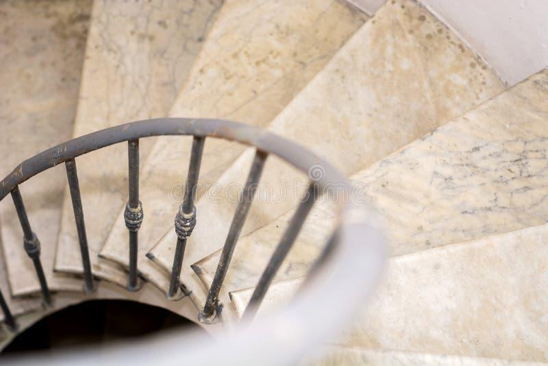 Oberseitenansicht der gewundenen Innengewundener Treppe lizenzfreies stockfoto