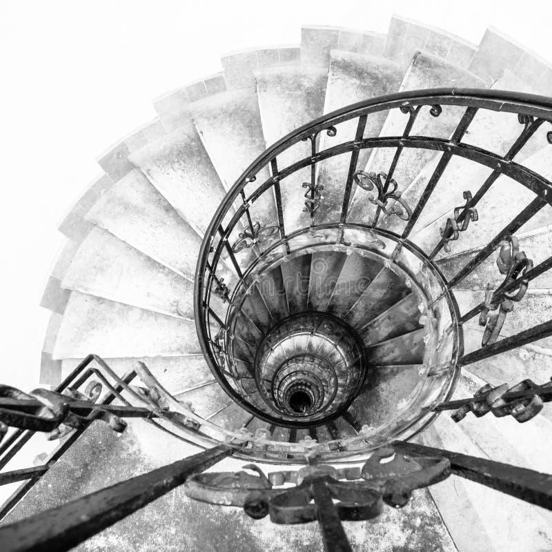 Oberseitenansicht der gewundenen Innengewundener Treppe mit schwarzem Metallornamentalhandlauf lizenzfreie stockbilder